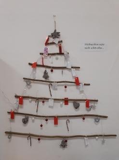 """Diesen Baum haben wir  jeden Tag gemeinsam im Advent geschmückt. Auf kleine Zettel haben wir dafür geschrieben, was uns Weihnachten besonders wichtig ist, da wir uns im Morgenkreis mit Menschen beschäftigt haben, denen es nicht so gut geht wie uns.<br /> Auf vielen der Zettel stand am Ende """"meine Familie"""", """"meine Eltern"""", """"dass alle Menschen glücklich sind"""". Aber auch """"Schnee"""" und """"Geschenke"""" spielen für die Kinder natürlich eine wichtige Rolle."""